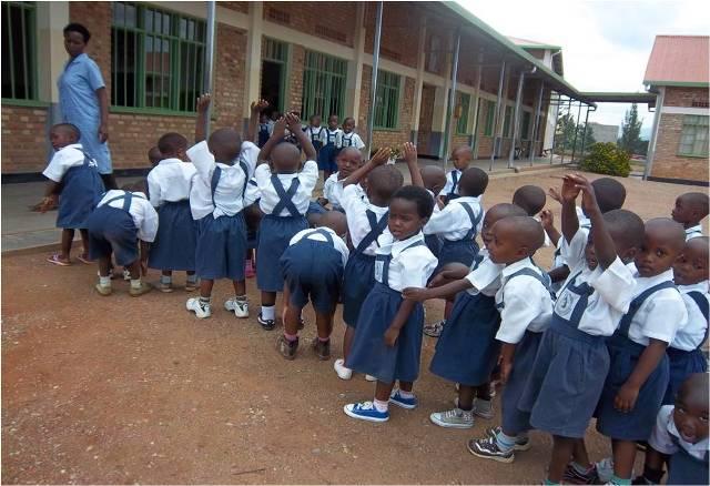 A LOS COLABORADORES EN LA CONSTRUCCIÓN DE LA ESCUELA PRIMARIA DE KAGUGU (RWANDA)