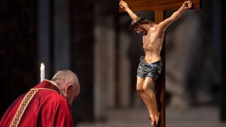 El Vaticano publica las meditaciones del Via Crucis del Papa el próximo viernes